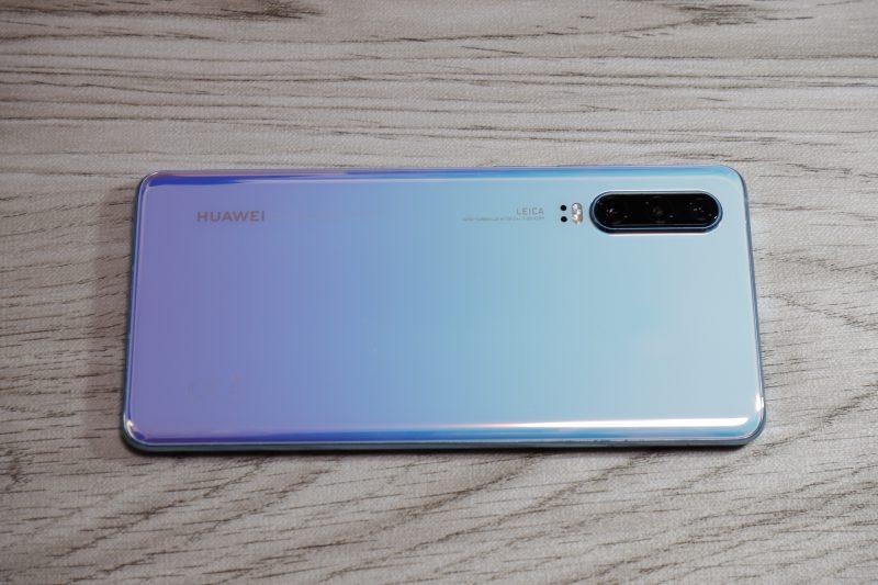 Huawei P30の鮮やかなPearl Whiteの背面カバー
